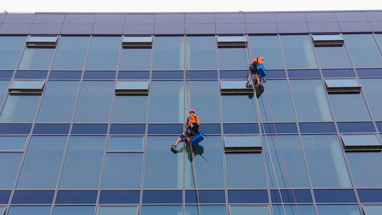 Mytí fasád, oken, prosklených ploch ve výšách.