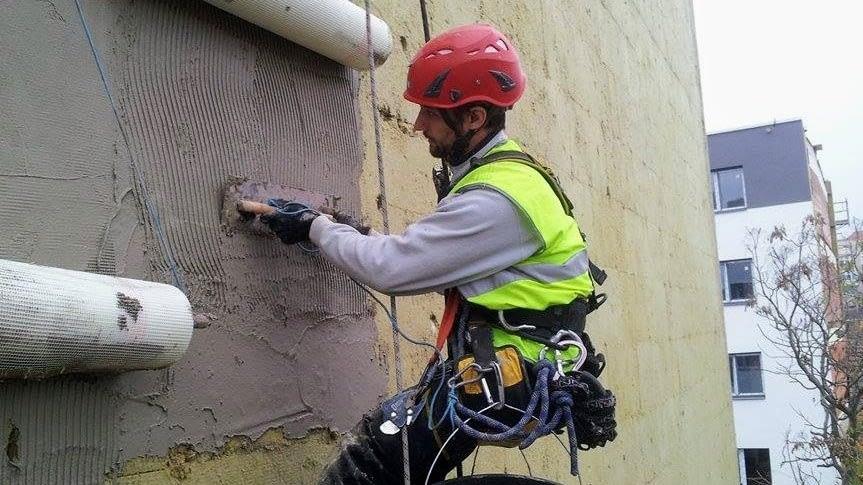 Opravy fasád, sanace a další zednické práce.